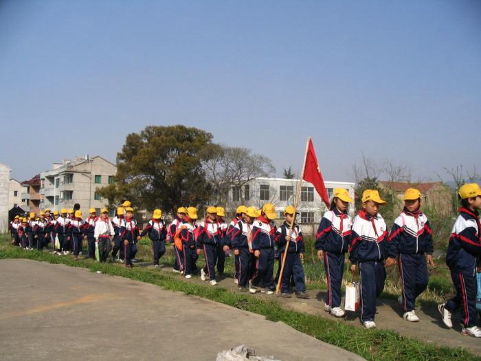 崇仁镇中心小学抄报活动园满春游小学生举行交通安全关于手图片