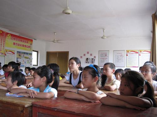 大学生法制讲座_经济法专业毕业的大学生村官刘小科,共有40多位青少年听取了本次讲座.