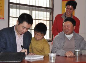 几年前,仙岩镇谢家庄村的村医马祥炎与几位文史工作者在翻开多年珍藏图片