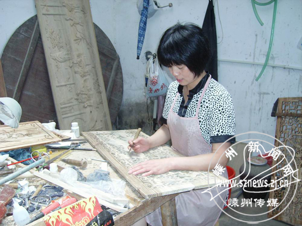 黄泽仿古木雕让上千人在家里挣钱