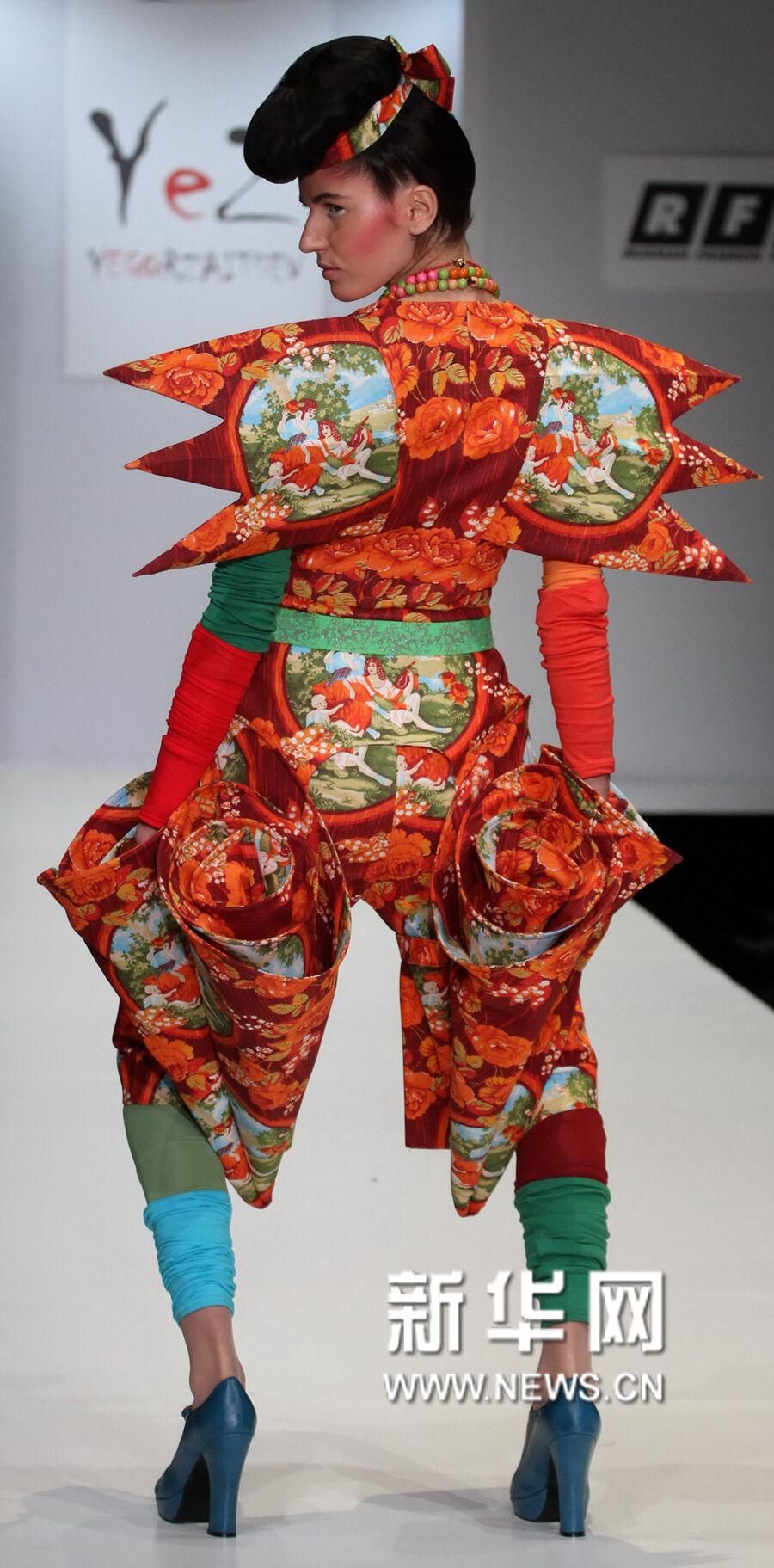 10月20日,模特在展示俄罗斯设计师叶戈尔·扎伊采夫的作品.图片