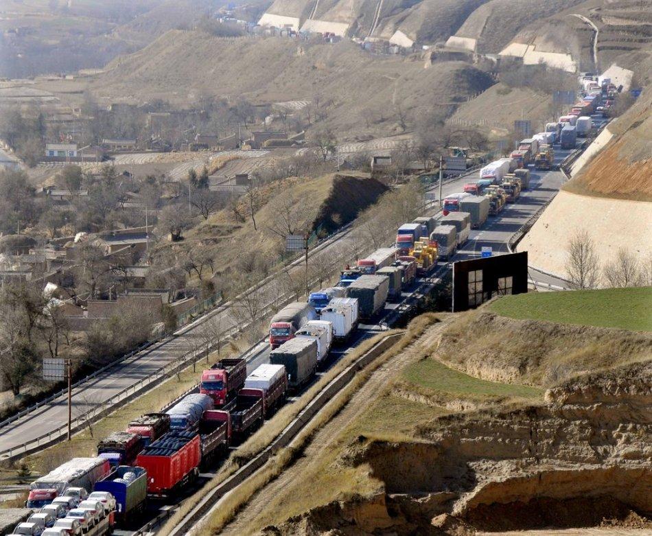 甘肃定西高速路堵车千余货车滞留