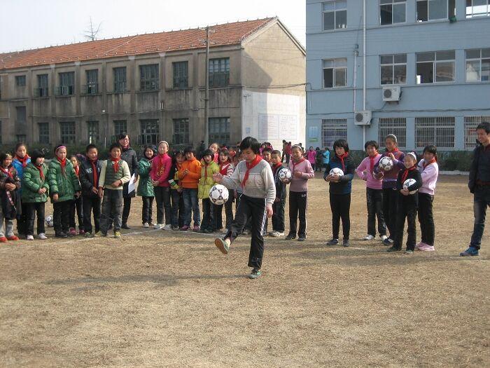 崇仁镇中心足球举行小学小学技v足球培训机构加盟首届图片
