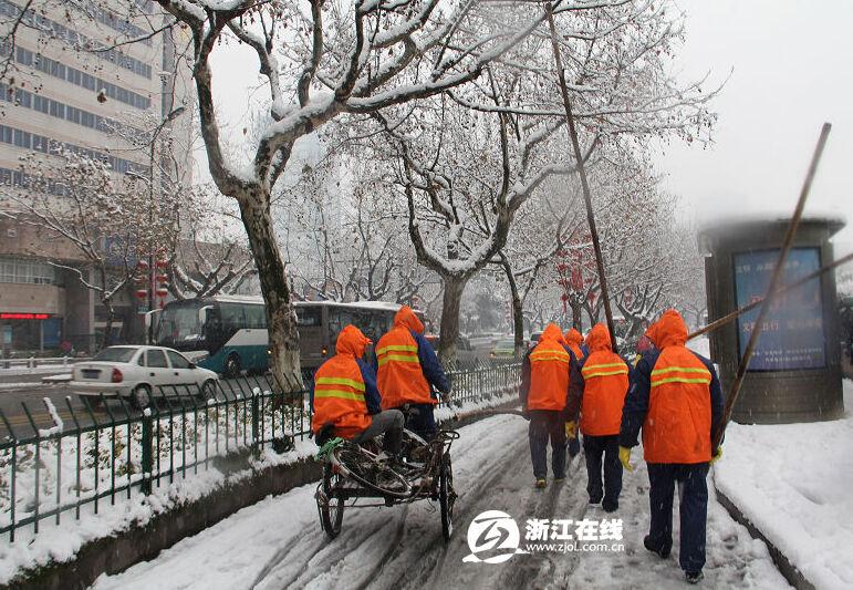 积雪人车行路难 环卫工人除雪忙