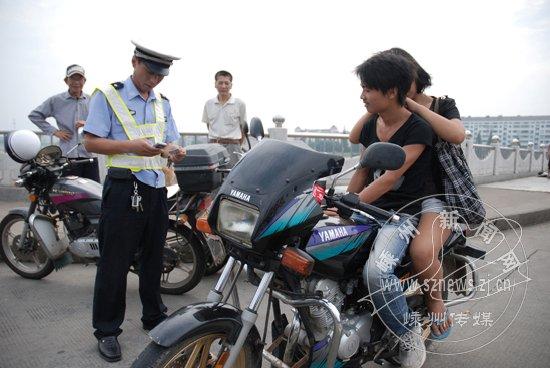交警部门严查摩托车交通违法