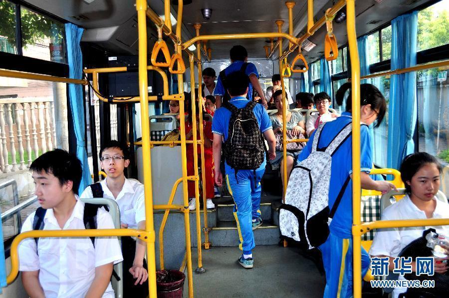 """9月1日早晨,上海一些学生上学862路公交""""学生图片""""乘坐.小学英语自制教具v学生班车图片"""